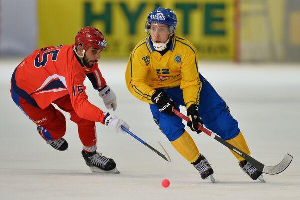 Игрок сборной России Алан Джусоев (слева) и игрок сборной Швеции Эрик Сэфстрем
