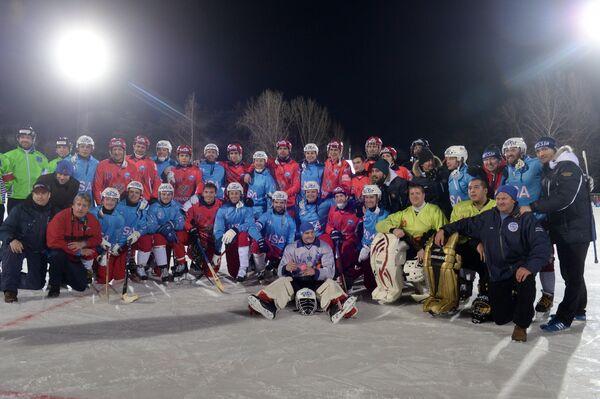 Общая фотография игроков сборных России и США по хоккею с мячом