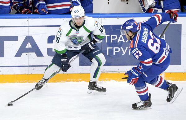 Нападающие Югры Павел Варфоломеев (слева) и СКА Евгений Дадонов