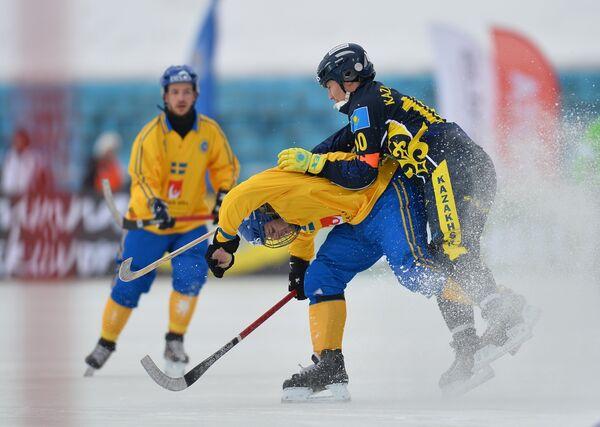 Игрок сборной Швеции Ханс Андерссон (слева) и игрок сборной Казахстана Рауан Исалиев