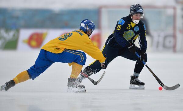 Игрок сборной Швеции Ханс Андерссон (слева) и игрок сборной Казахстана Руслан Галяутдинов
