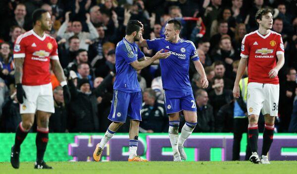 Футболисты Челси Диего Коста и Джон Терри (в центре) радуются забитому мячу в ворота Манчестер Юнайтед