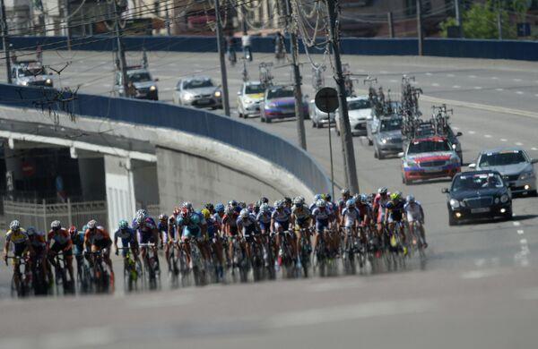 Участники велогонки Пять Колец Москвы на Садовом кольце в Москве