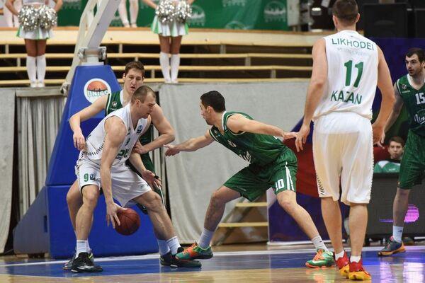 Игровой момент матча УНИКС - Олимпия