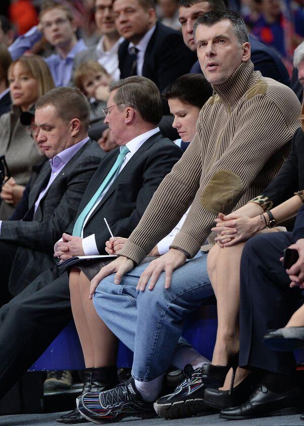 Политик и бизнесмен Михаил Прохоров (справа)