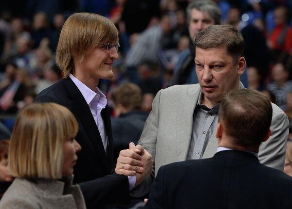 Президент Российской федерации баскетбола Андрей Кириленко и министр спорта Нижегородской области Сергей Панов (справа)