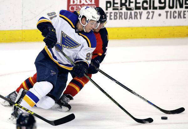 Форвард клуба НХЛ Сент-Луис Блюз Владимир Тарасенко (на переднем плане)