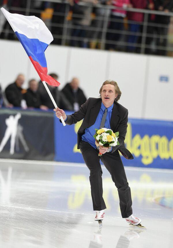 Российский конькобежец Иван Скобрев делает круг почета по стадиону конькобежного центра Коломна