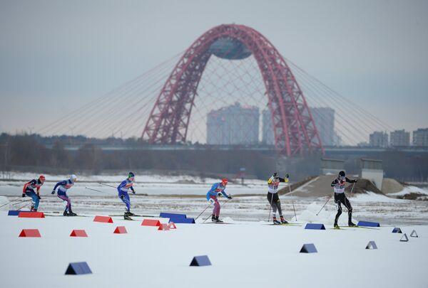 Участники во время индивидуального спринта среди мужчин на Континентальном кубке FIS в Москве