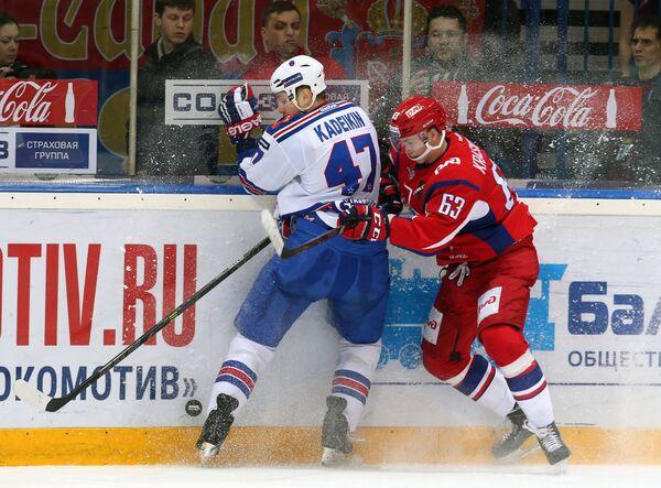 Форвард СКА Александр Кадейкин (слева) и нападающий Локомотива Павел Красковский