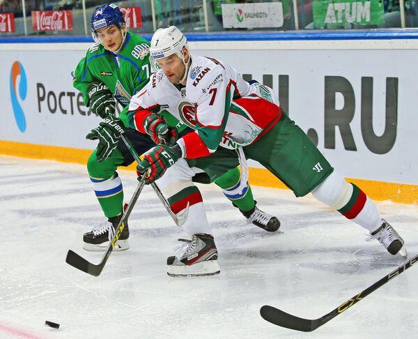 Форвард Салавата Юлаева Николай Прохоркин (слева) и защитник Ак Барса Степан Захарчук