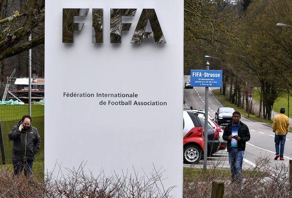 Журналисты у ворот Home of FIFA, закрытого для посетителей на время проведения Конгресса FIFA, в Цюрихе
