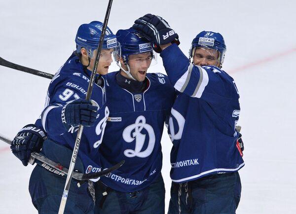 Игроки ХК Динамо Максим Карпов, Илья Шипов и Мэт Робинсон (слева направо) радуются заброшенной шайбе