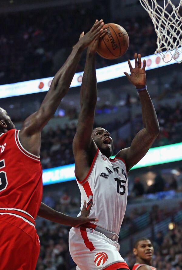 Форвард клуба НБА Торонто Рэпторз Энтони Беннетт (справа)