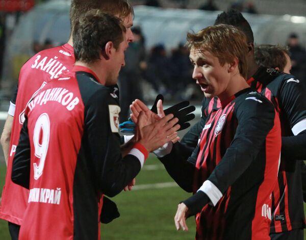 Игроки Амкара Александр Прудников (слева) и Богдан Бутко