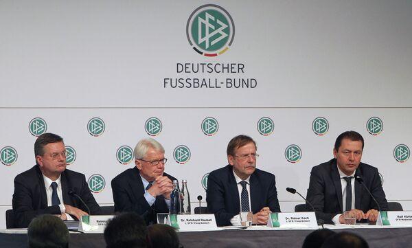 Юристы во время расследования по запросу Немецкого футбольного союза по подкупу голосов на выборах места проведения чемпионата мира 2006 года