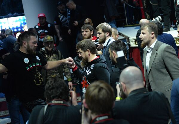 Рамзан Кадыров (в центре) встречает Руслана Чагаева