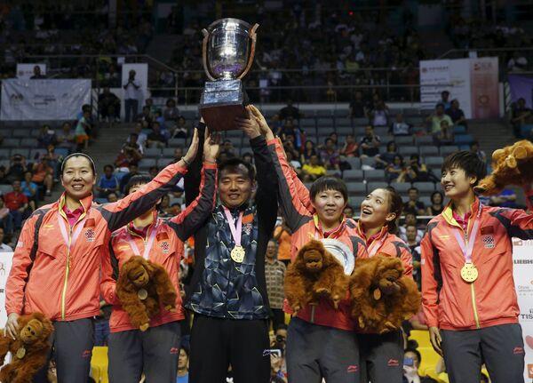 Женская сборная Китая по настольному теннису с тренером