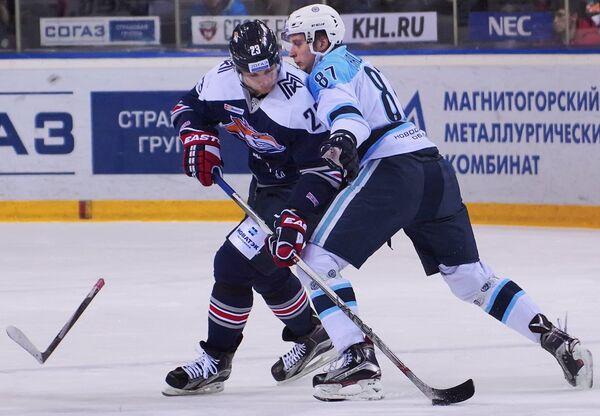 Защитник ХК Металлург Евгений Тимкин (слева) и форвард ХК Сибирь Максим Шалунов