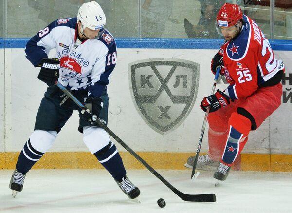 Защитник Торпедо Юрий Сергиенко (слева) и нападающий ЦСКА Владимир Жарков