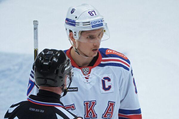 Нападающий СКА Вадим Шипачёв (справа)