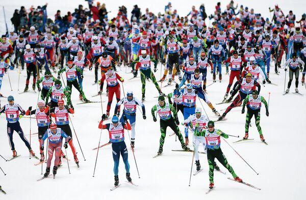 Участники IX Традиционного Международного Дёминского лыжного марафона на дистанции в Ярославской области