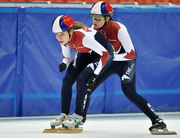 Спортсменки сборной России по шорт-треку Эмина Малагич (слева) и Софья Просвирнова