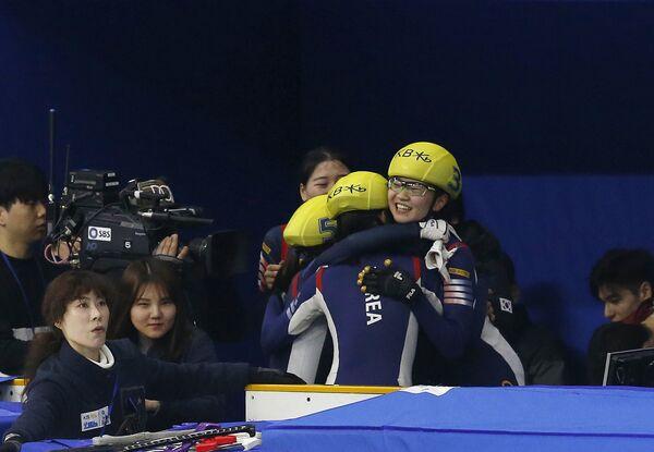 Женская сборная Кореи после победы в эстафете на чемпионате мира по шорт-треку