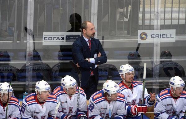 Главный тренер ХК СКА Сергей Зубов (в центре на втором плане)