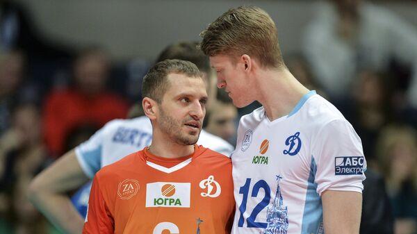 Волейболисты московского Динамо Артём Ермаков (слева) и Максвелл Холт