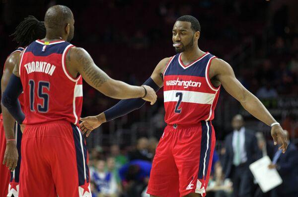 Баскетболисты Вашингтона Джон Уолл (справа) и Маркус Торнтон