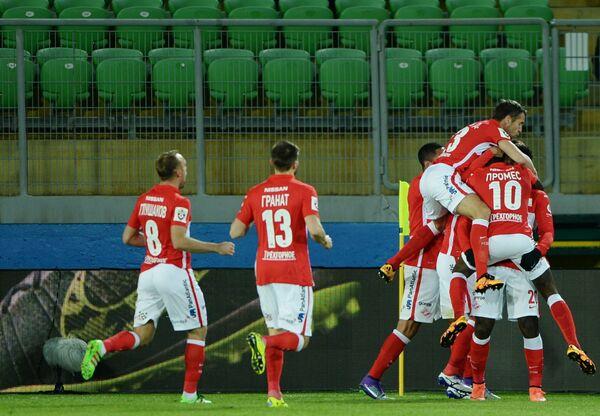 Игроки Спартака радуются забитому голу