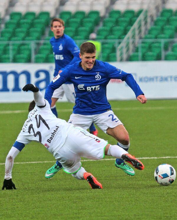 Полузащитник Уфы Дмитрий Стоцкий (слева) и полузащитник Динамо Игорь Денисов