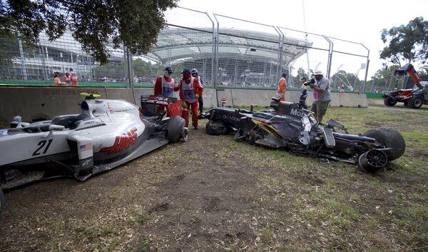 Авария Эстебана Гутьерреса и Фернандо Алонсо (слева направо) во время Гран-при Австралии
