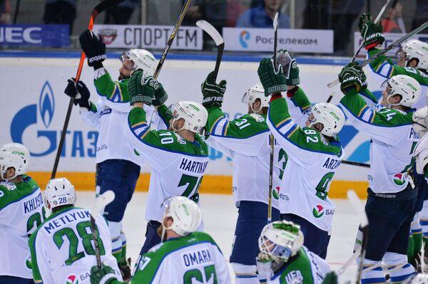 Хоккеисты Салавата Юлаева радуются победе