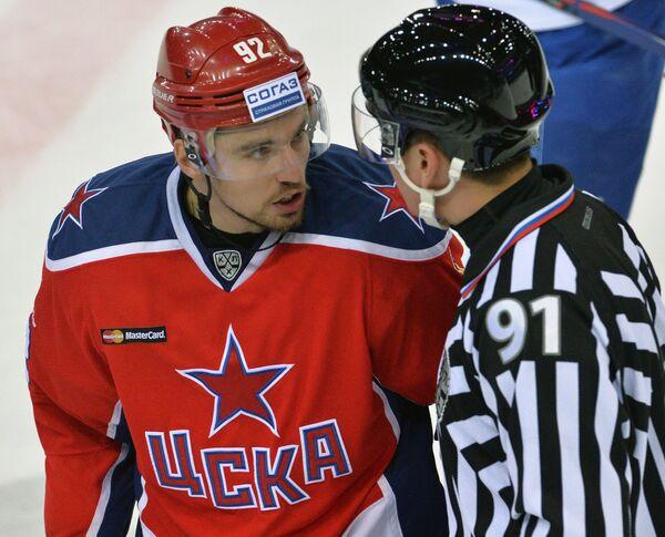 Защитник ЦСКА Игорь Ожиганов (слева)