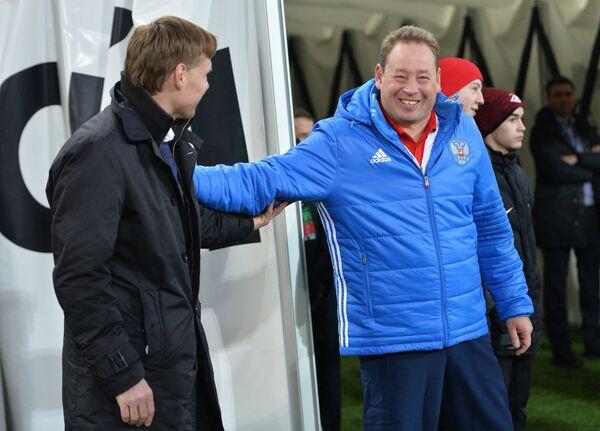 Главный тренер сборной России Леонид Слуцкий (справа) и главный тренер сборной Литвы Эдгарас Янкаускас
