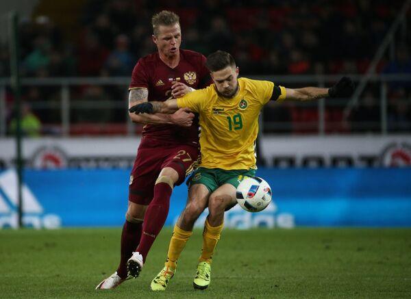 Полузащитник сборной России Дмитрий Тарасов (слева) и форвард сборной Литвы Лукас Спальвис