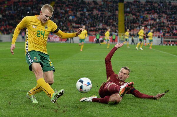 Защитник сборной России Алексей Березуцкий (справа) и полузащитник сборной Литвы Овидиус Вербицкас