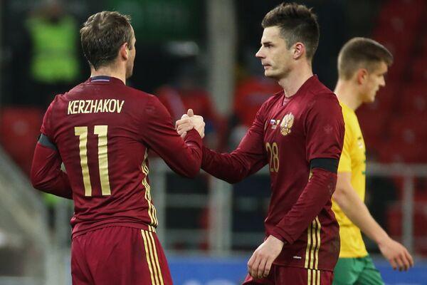 Игроки сборной России Александр Кержаков и Артур Юсупов (слева направо)