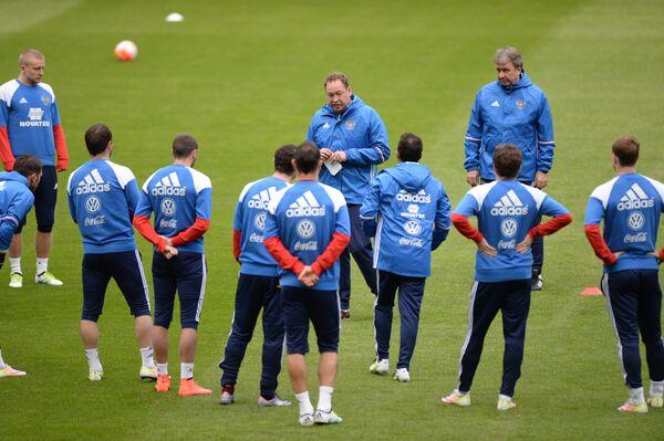 Главный тренер сборной команды России по футболу Леонид Слуцкий (в центре на втором плане)
