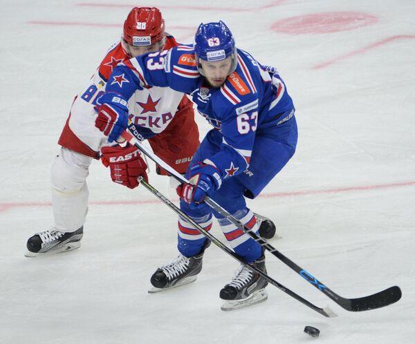 Защитник ЦСКА Артём Блажиевский (слева) и форвард СКА Евгений Дадонов