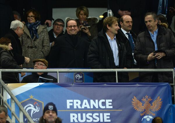Президент Франции Франсуа Олланд (в центре) на стадионе Стад де Франс в Париже