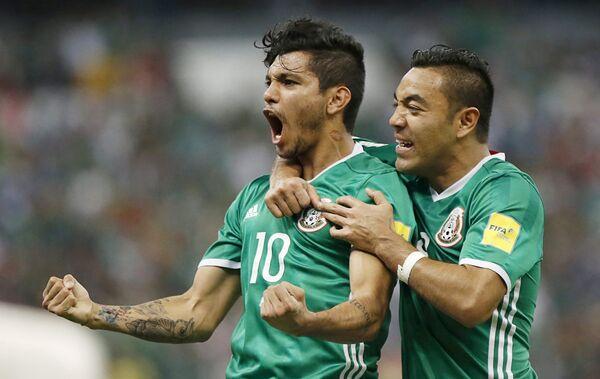 Футболисты сборной Мексики Хесус Мануэль Корона (слева) и Марко Фабиан