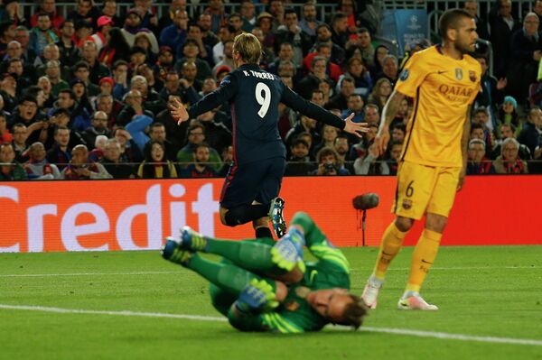Нападающий Атлетико Фернандо Торрес радуется забитому мячу в ворота голкипера Барселоны Марк-Андре Тер Штегена
