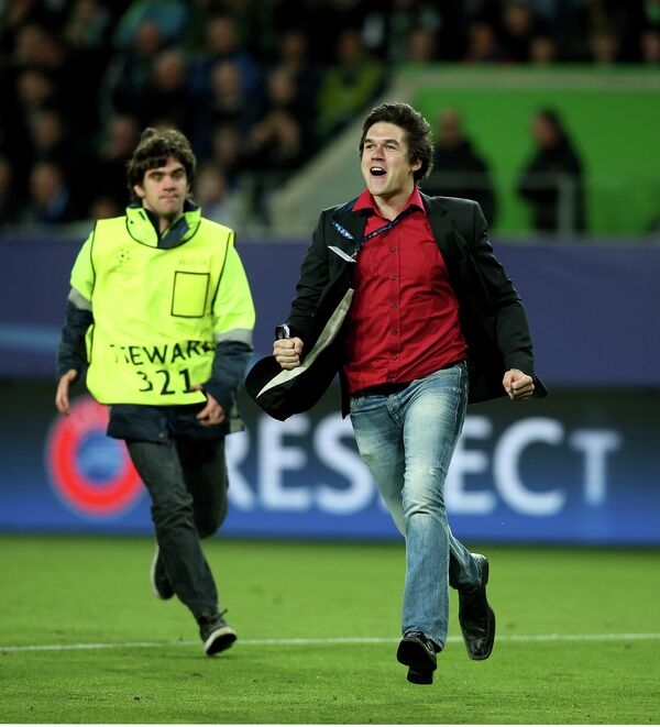 Выбежавший болельщик во время матча Вольфсбург - Реал