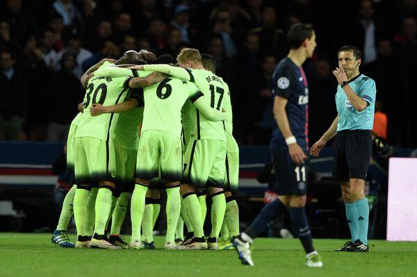Футболисты Манчестер Сити радуются забитому мячу в ворота ПСЖ