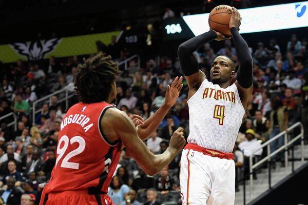 Форвард клуба НБА Атланта Хокс Пол Миллсэп (справа)