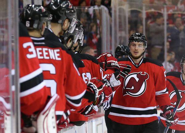 Форвард клуба НХЛ Нью-Джерси Девилз Сергей Калинин (справа)