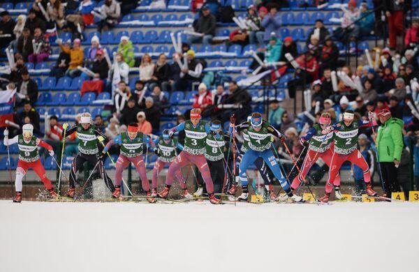 Спортсменки на дистанции масс-старта лыжниц Гонки чемпионов в Тюмени
